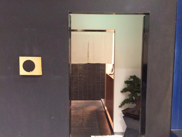 シックな造りの玄関。