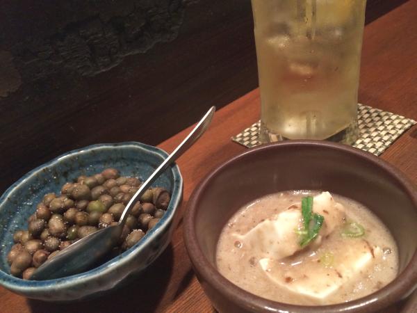 むかごの塩ゆでとお通しのとろろ豆腐。