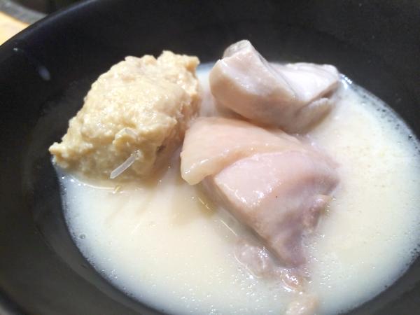最初に煮込んだつくねと鶏肉とスープをいただく。