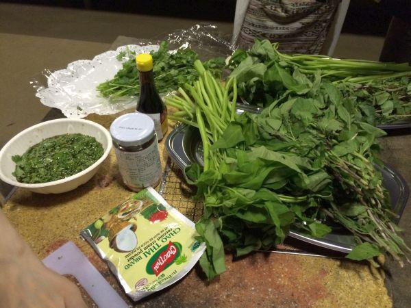 たっぷりのタイ野菜。 一気に異国バンコクの雰囲気に。