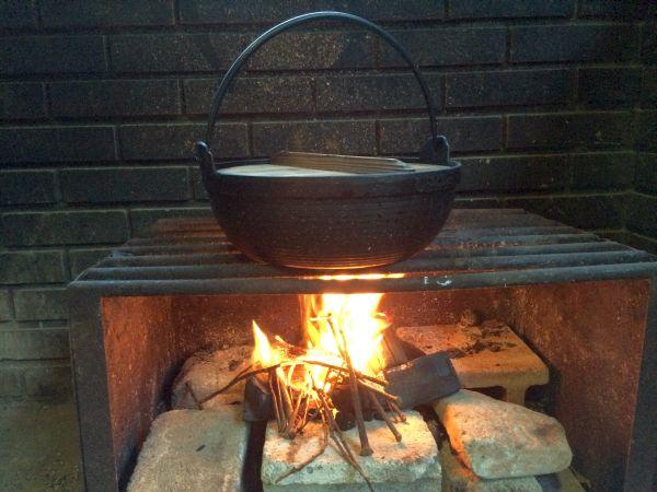 鍋に水を入れ炊いておきます。火起こしはもう手慣れたもの :-)