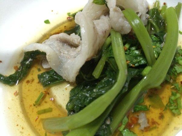 豚肉、空心菜につけダレと鍋の出汁スープを混ぜて。 美味い!