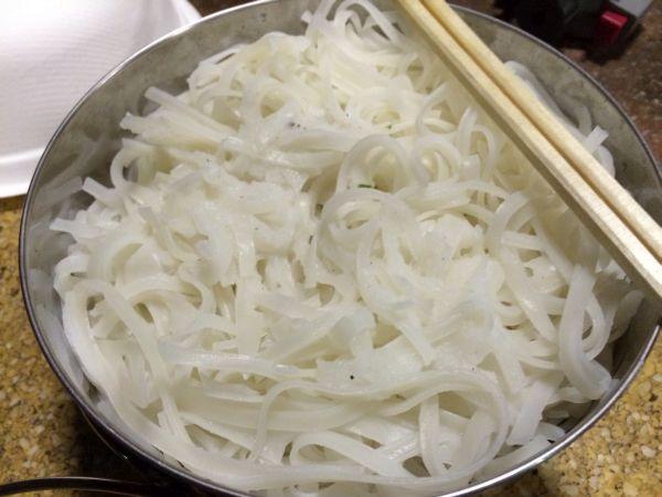 パッタイ麺を茹でておく。