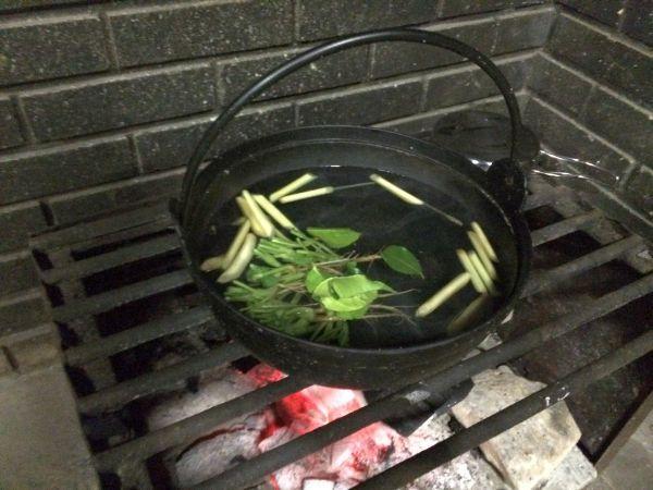 沸騰した湯にさまざまなタイの香草を。これがチムチュムやトムヤムクンのベースになります。
