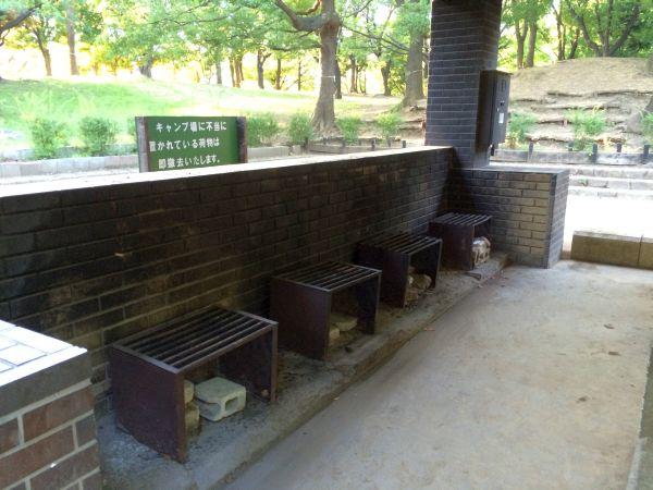 こちらのスペースには4つの竈が。鍋以外にBBQなどもできます。