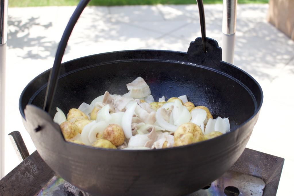 肉、玉ネギと一緒に軽く炒める