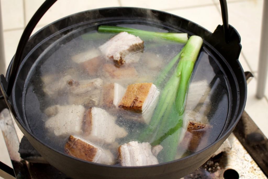 焼いた豚バラを入れて下ゆでを3時間