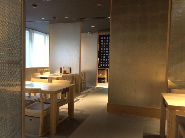 店内は座敷席・テーブル席の両方が用意されている和モダンな空間。