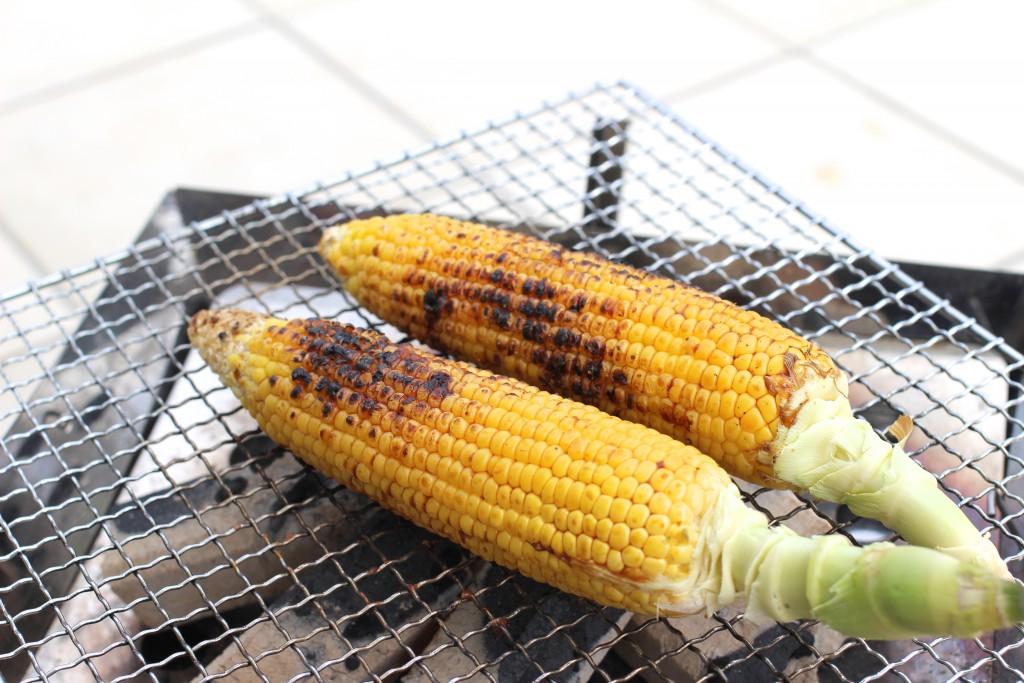 焼きトウモロコシ。庭が一気に屋台のにおいに