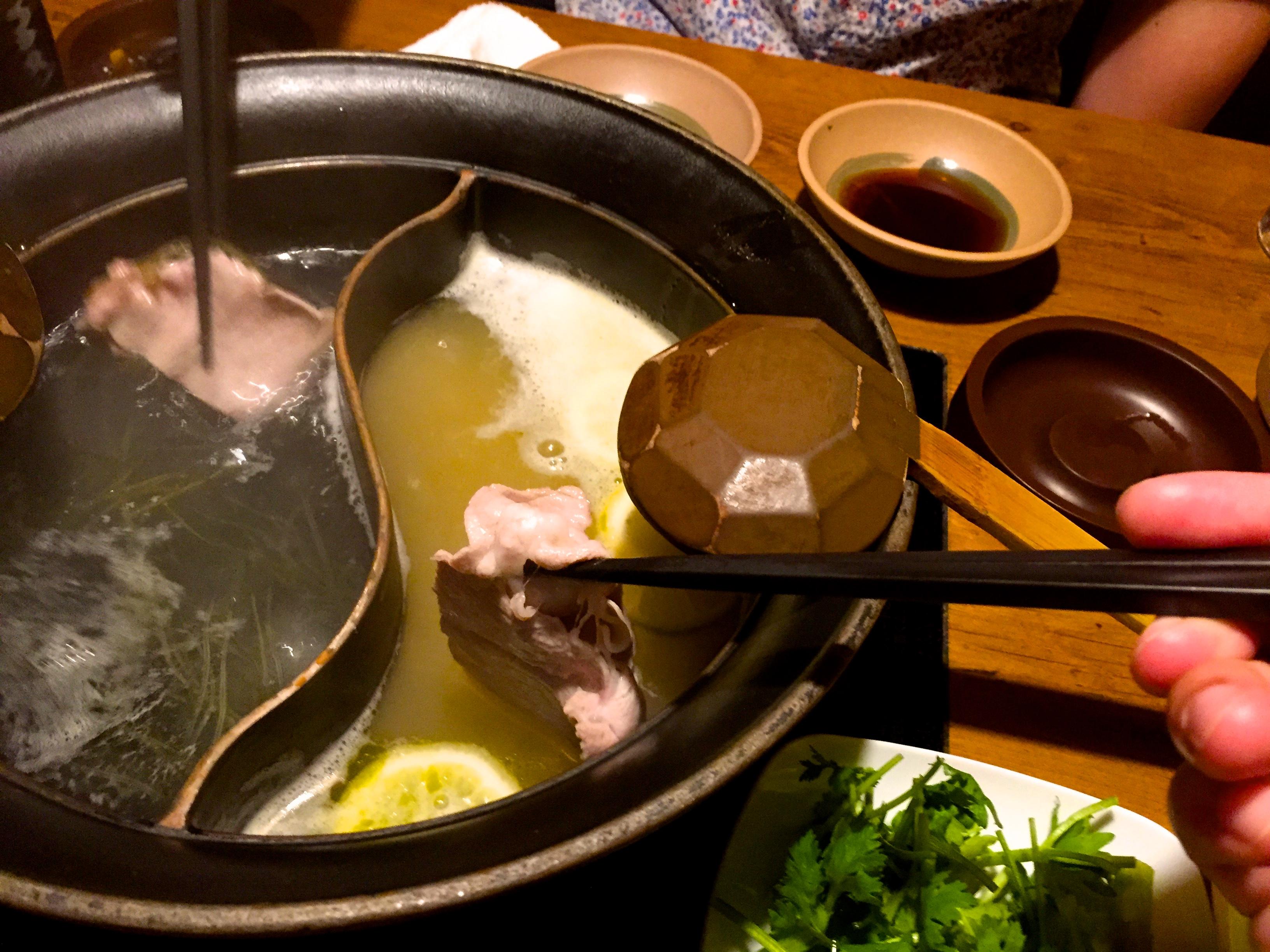 レモンたっぷりのスープで豚肉をしゃぶしゃぶ