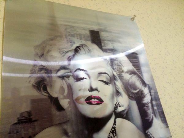 店の名前の由来でもあるマリリン・モンローに見つめられて。