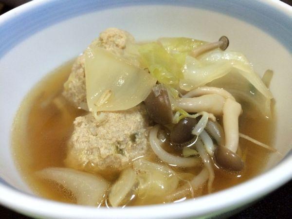 醤油・みりんベースの出汁に、生姜のきいた鶏つくね。たくさんの野菜。 ニラの風味が効いていた。