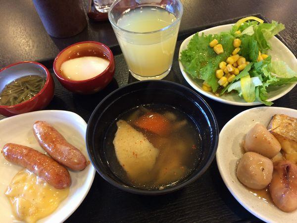 真ん中にせんべい汁。 他にはバイキングっぽいサラダ、ウインナー。 他に地のものとして蓴菜や里芋とイカの煮物。 そして、リンゴジュース。