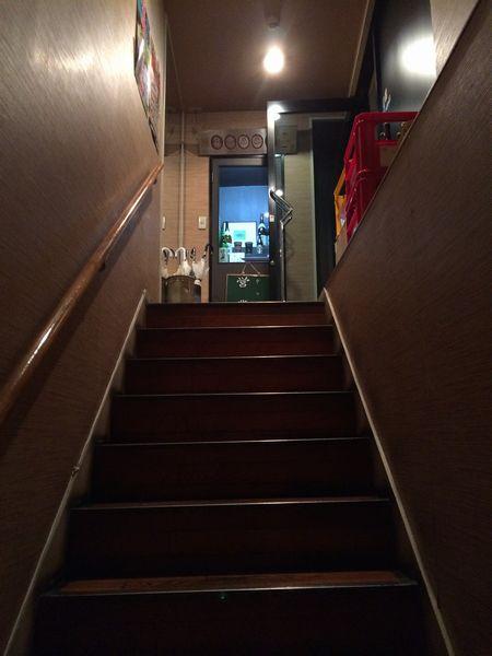 階段を上がったところにお店がある。