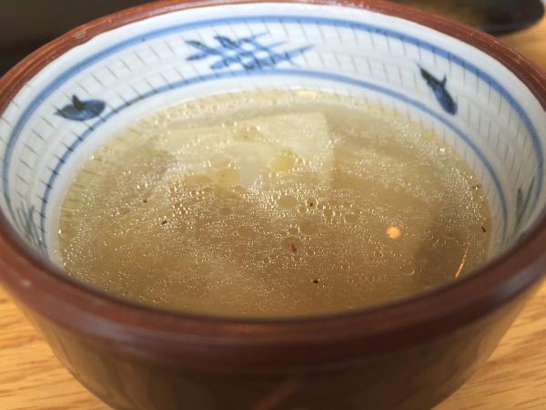 胡椒に、たぶんサラダオイルをたらしたものを出汁スープで割って、ワンタンスープの完成。