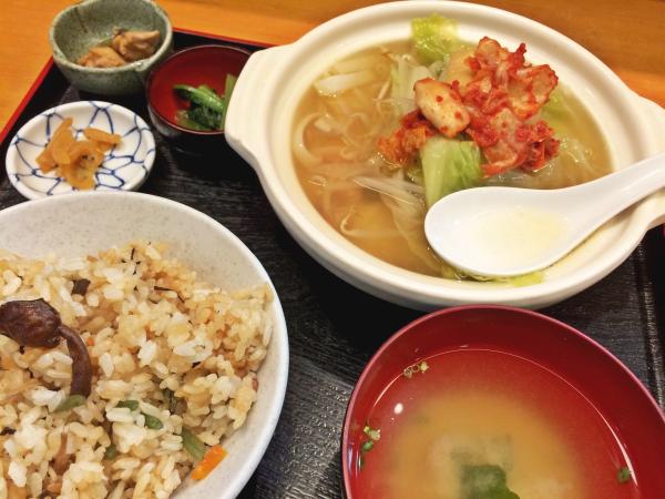 鶏塩ちゃんこ鍋定食。 一人前の鍋に炊き込みご飯。 味噌汁に小鉢まで。