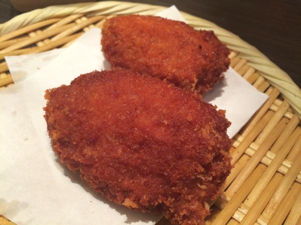 お通しの特製鶏メンチ。