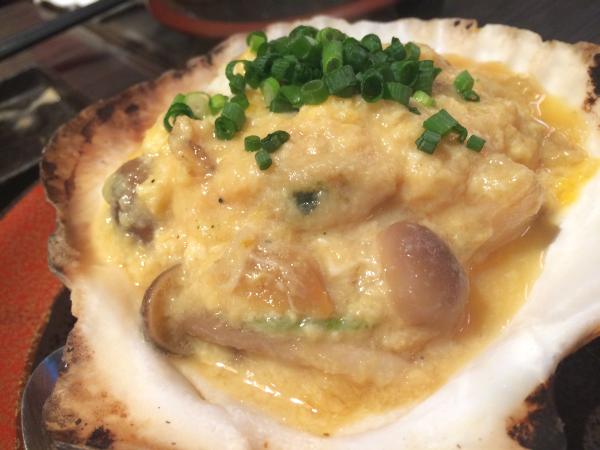 青森郷土料理「ホタテとウニの貝味噌焼き」。