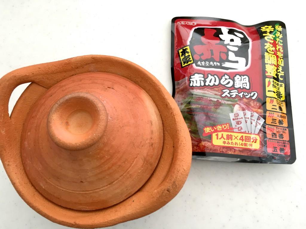 タイ鍋用の素焼き鍋と赤からを並べてみた