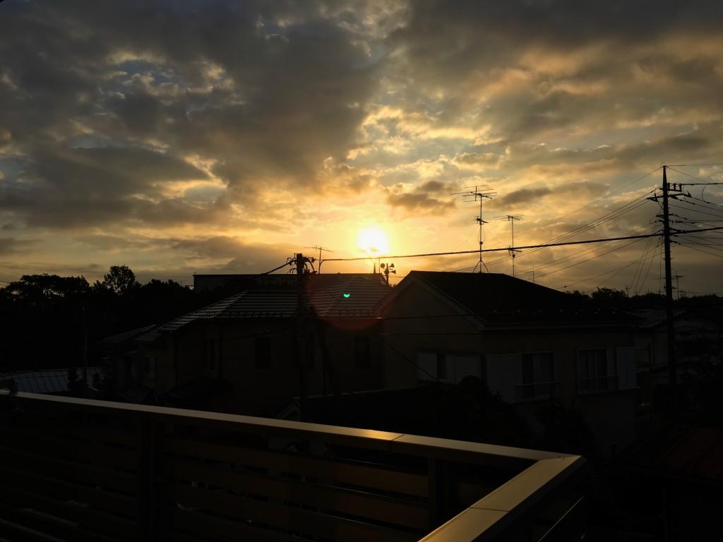 雲の間から朝日が差す