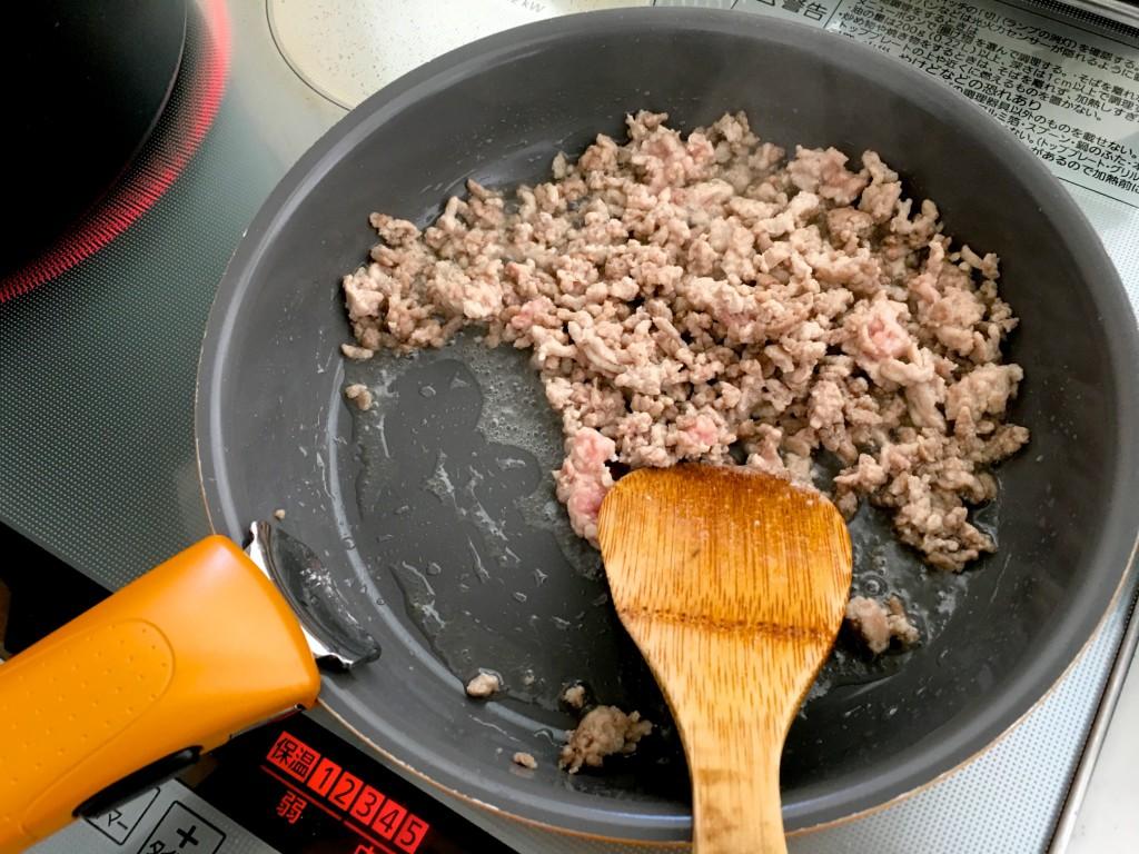 豚挽肉を炒めておきます