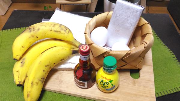 卵にバターに小麦粉に。 いわゆるホットケーキの材料です。 あとはメインのバナナを。
