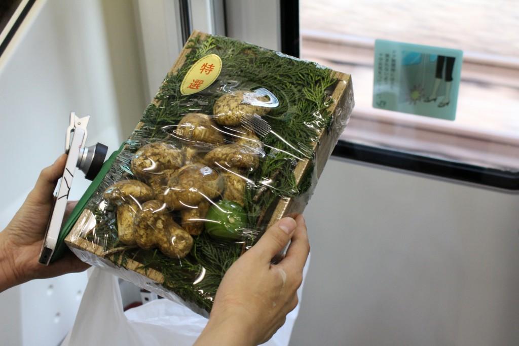 電車内でおもむろに松茸を出す。 電車中で松茸ってすげー違和感