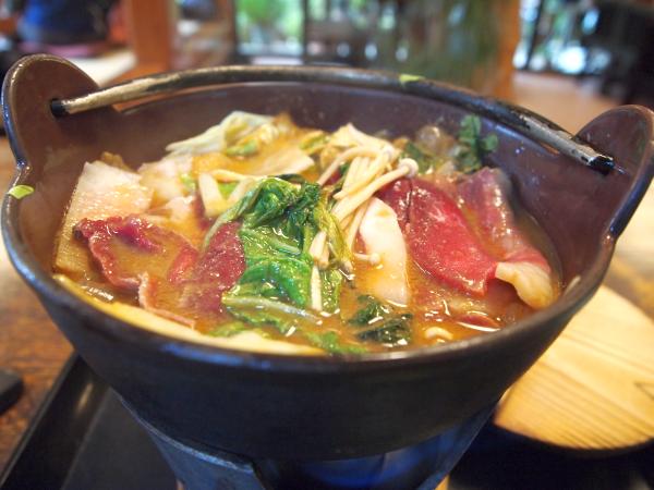 鍋にはいのししのほか、たくさんの野菜も。 出汁はかなり濃厚な味噌ベース。