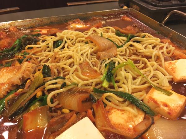 〆に中華麺を入れて。焼きラーメン風に。