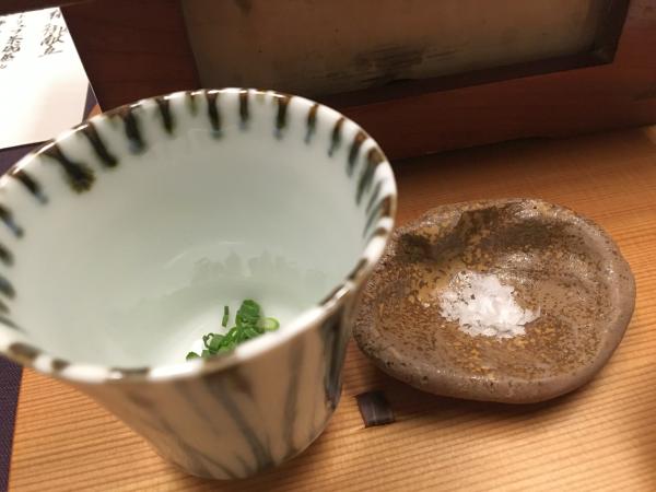 〆は残った出汁スープを。 アサツキを薬味に、塩はお好みで。