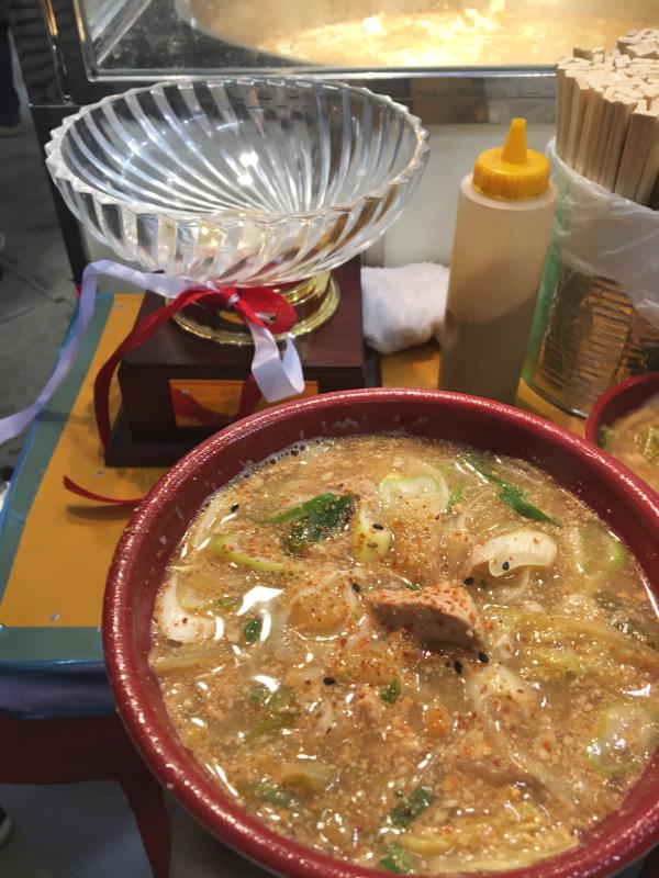 第2回ご当地鍋フェスティバルで優勝した宮城県のあんこう肝鍋と優勝カップ。