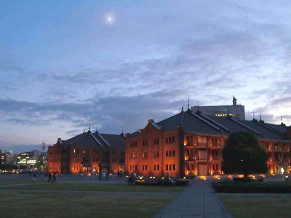 夕暮れの横浜赤レンガ倉庫。