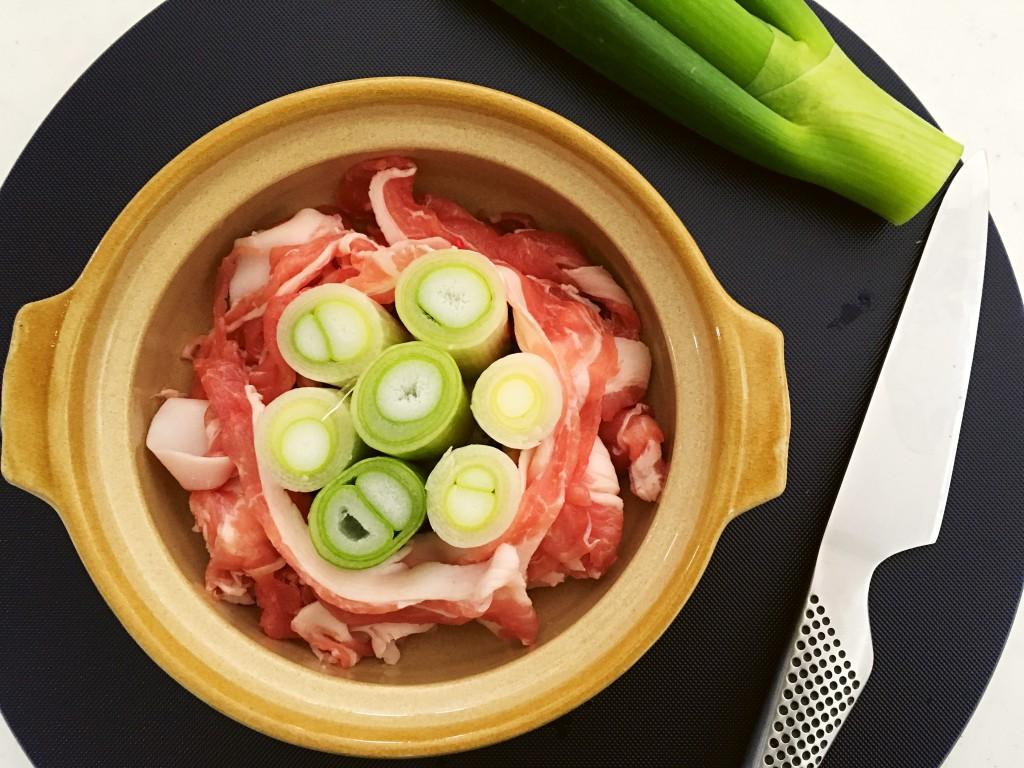 豚肉でねぎを固定するように