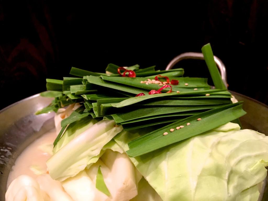 キャベツ、ニラの2層に、ゴマ、唐辛子のアクセントはまさにもつ鍋の王道