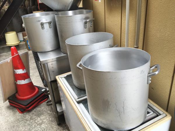 店の外にあるたくさんの寸胴鍋。