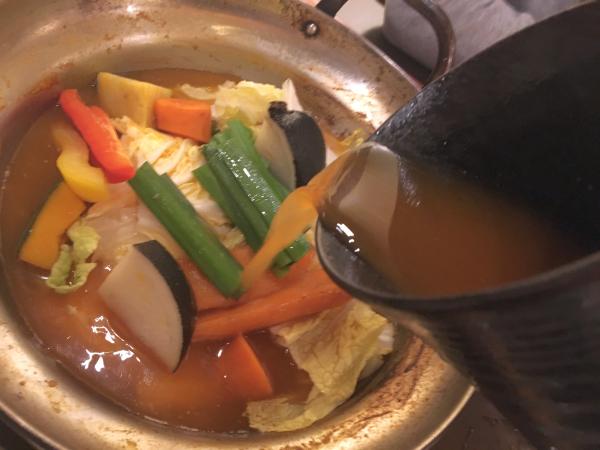 追加の出汁スープで野菜を煮込みます。