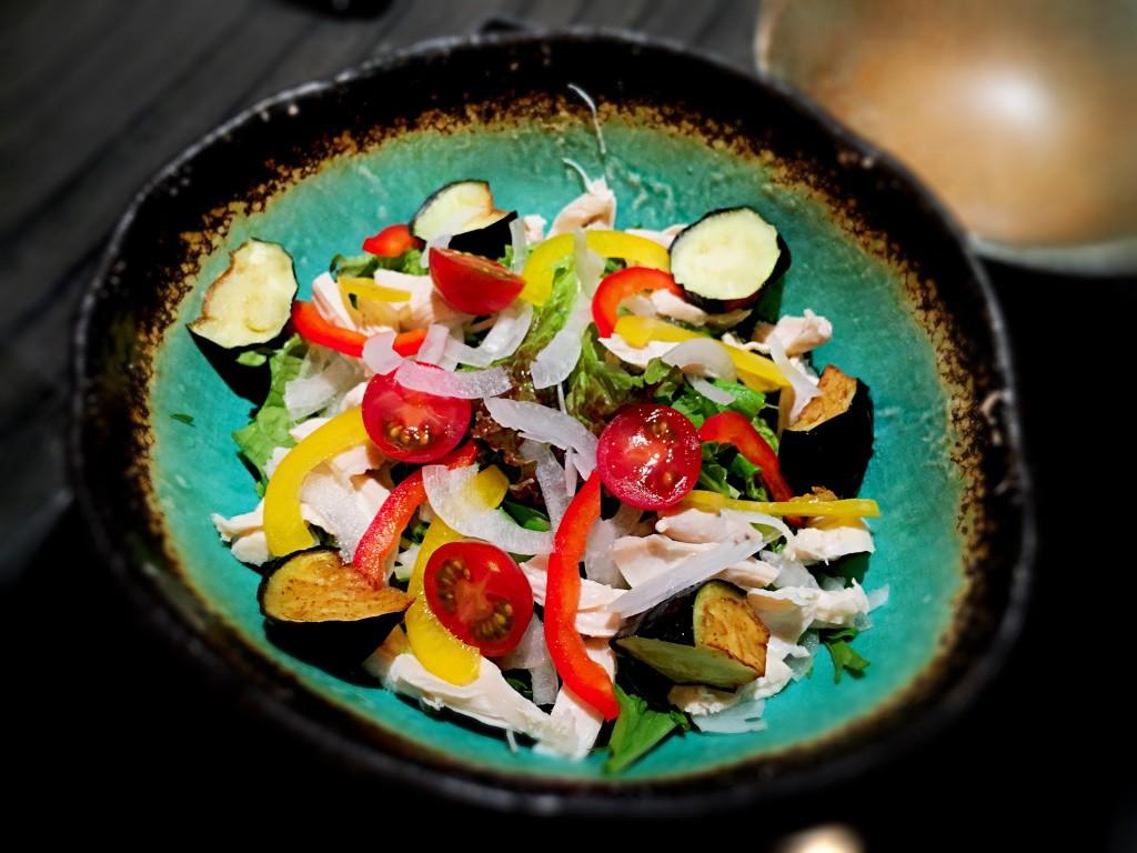 季節の華味鳥サラダ。彩りが綺麗