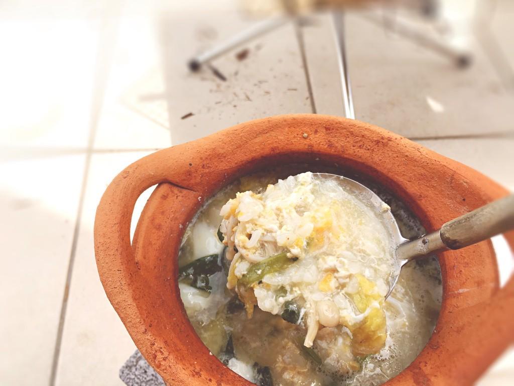 白米と卵を割り入れて卵雑炊に
