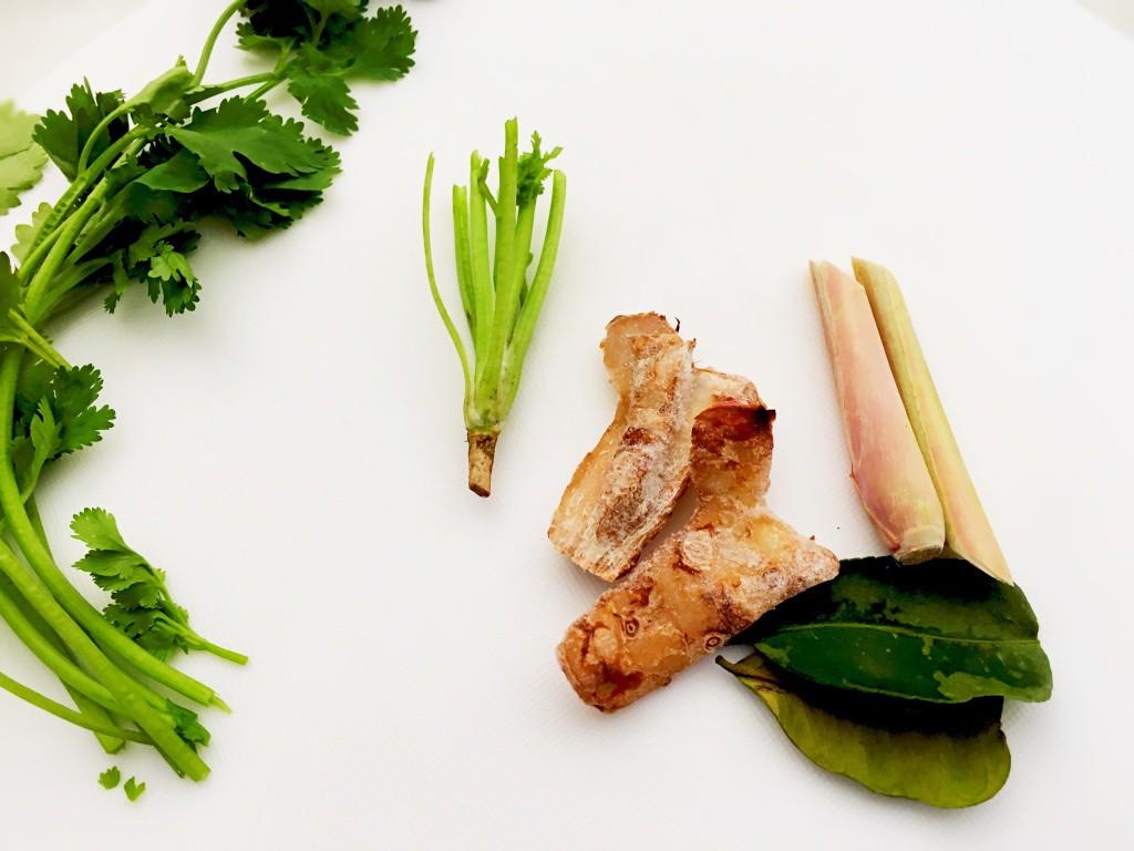 スープ作りに使うタイ食材。これに先ほどのハーブも加える