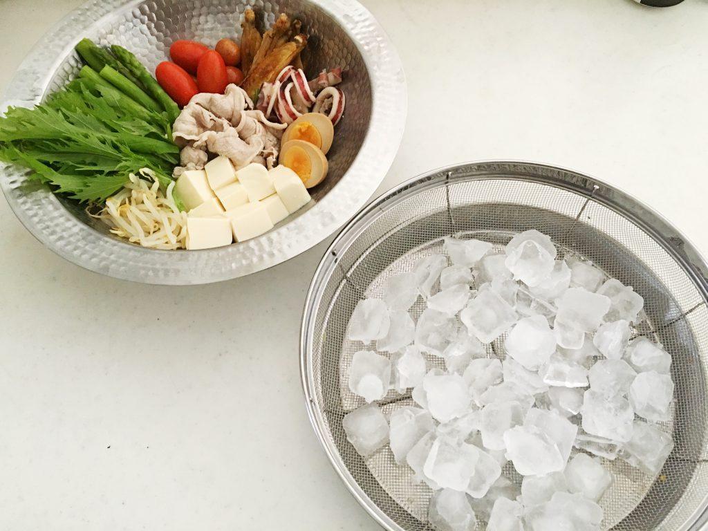 下拵え済みの具材と、氷を敷いた鍋の下敷き