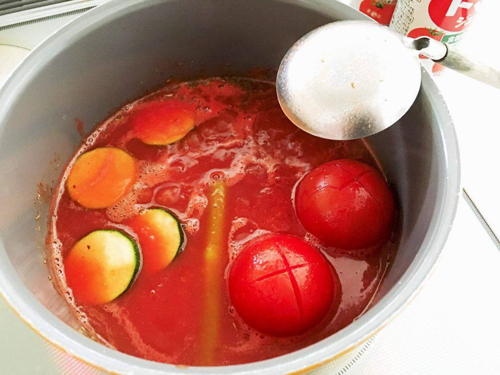 トマトは湯剥きするだけなので、さっと引き上げ