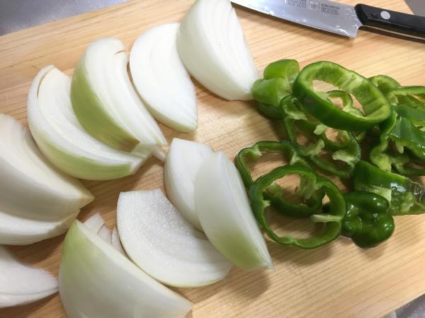 玉ねぎとピーマンを切る。