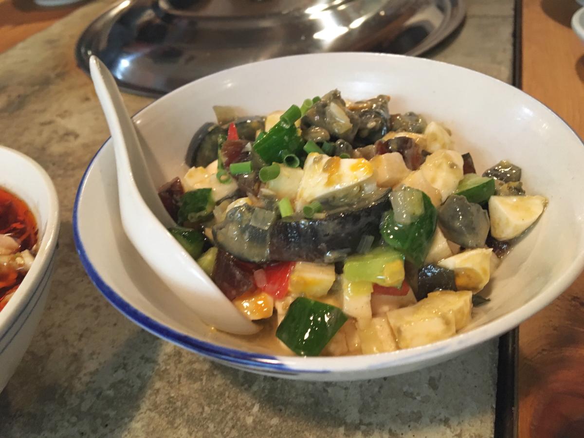 前菜その1。 豆腐、ピータン、野菜の和物。