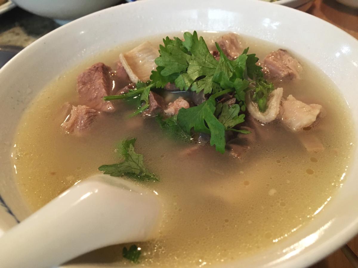鍋の前に。羊雑湯。羊のモツのスープ。