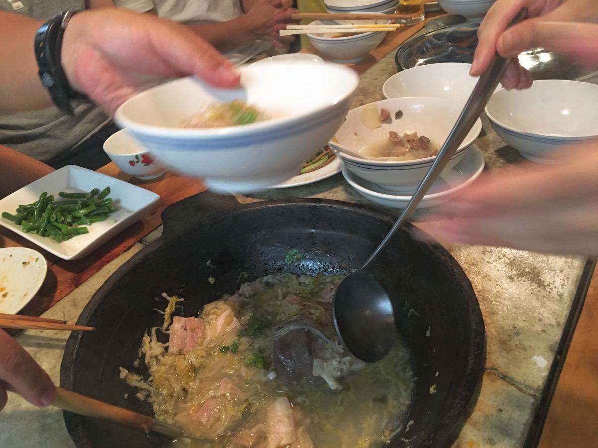 鉄鍋+鉄のオタマで。取り分けて。