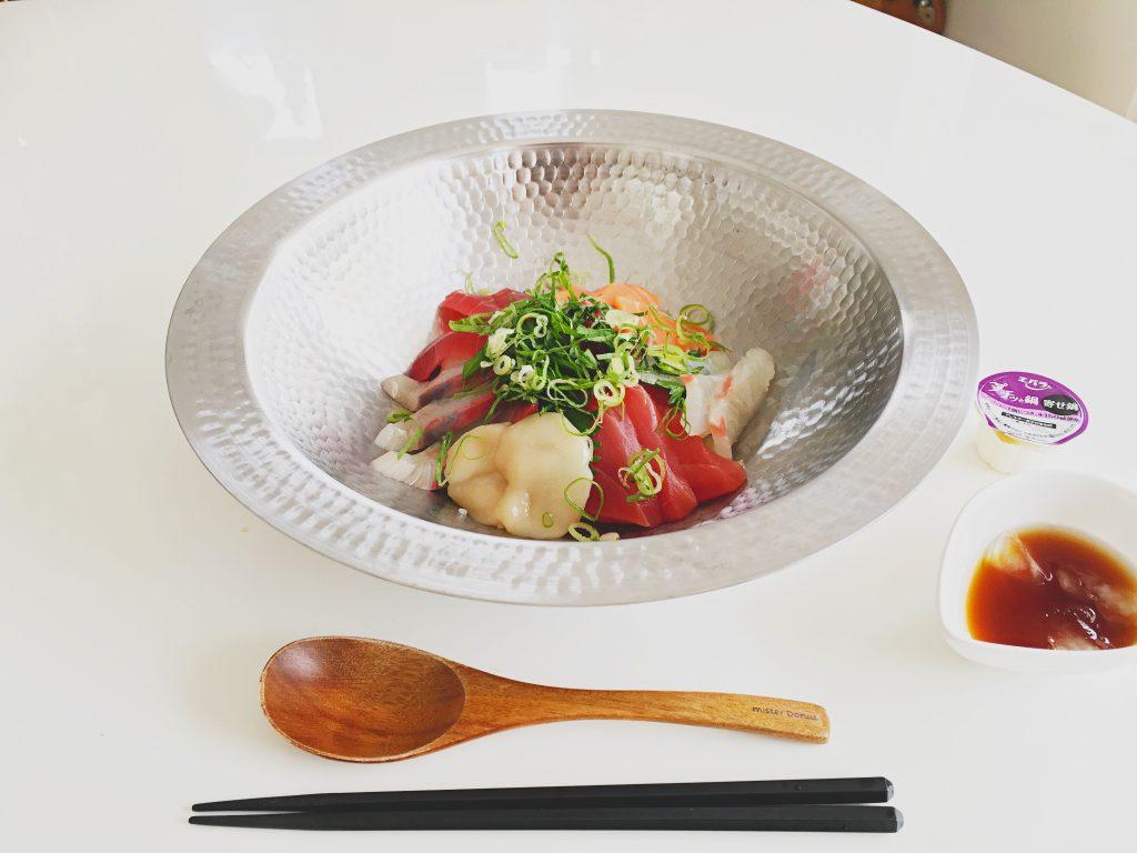 すき鍋にご飯を敷いて、海鮮を盛り付け。そこに冷やしたプチッと鍋をかけるだけ