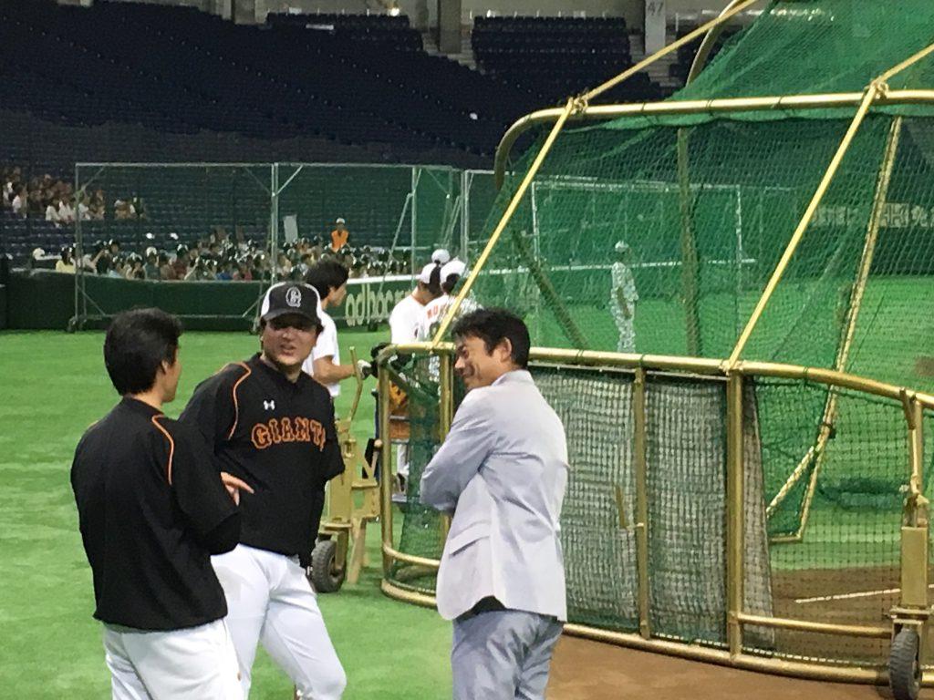 髙橋監督と談笑しているのは、元巨人の名二塁手、仁志敏久氏