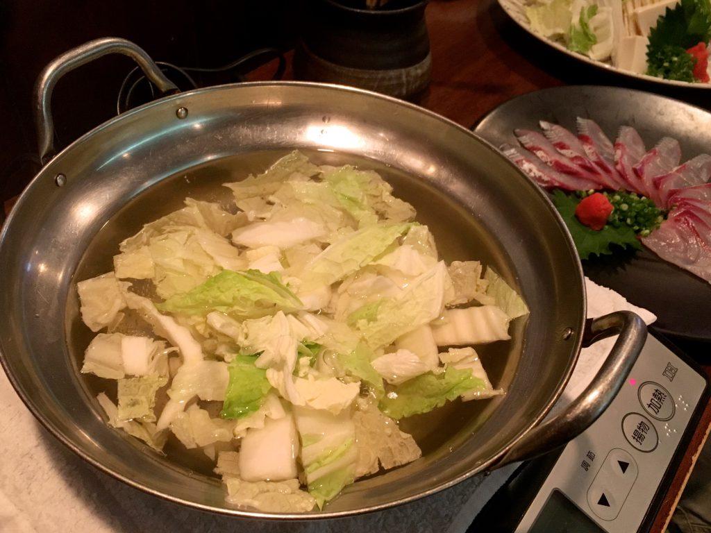 白菜を入れるとスープに甘味が出るとのことでまずは白菜投入