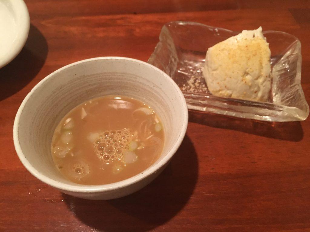 まずはお通しのアラ汁とお豆腐
