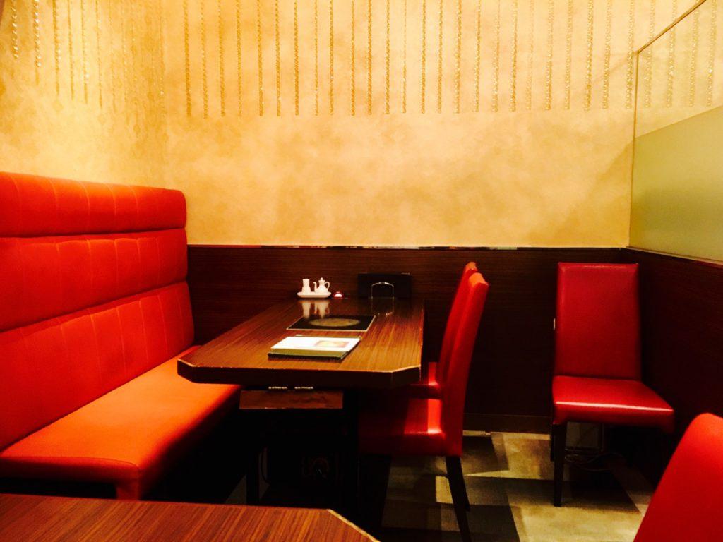 赤い椅子とIHが埋め込まれたテーブル